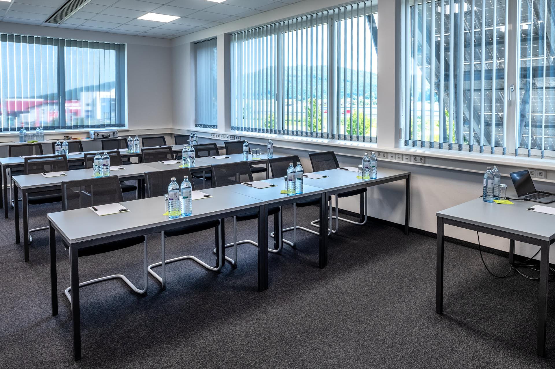 Uranus / Klassenzimmer-Bestuhlung: Platz für 20 Personen.