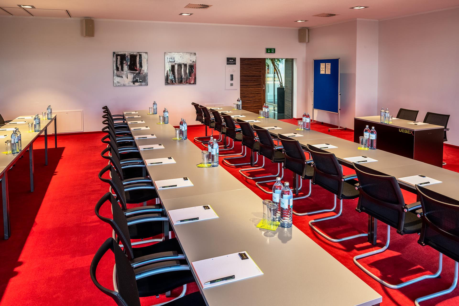 Merkur / Klassenzimmer-Bestuhlung: Platz für 40 Personen.