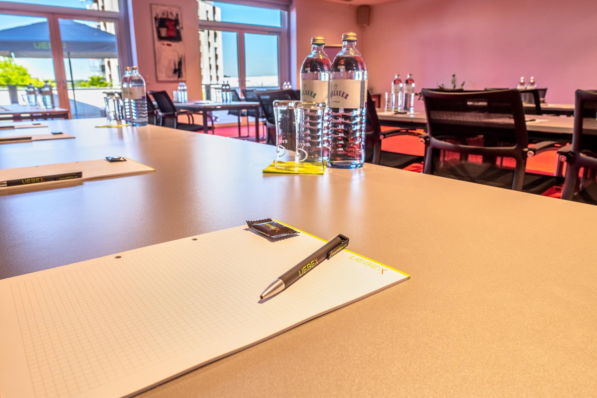 Saturn / Klassenzimmer-Bestuhlung: Platz für 40 Personen.