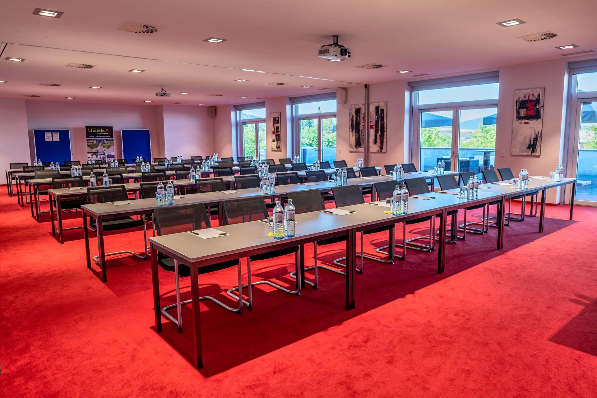 Merkur und Saturn / Klassenzimmer-Bestuhlung: Platz für 80 Personen.
