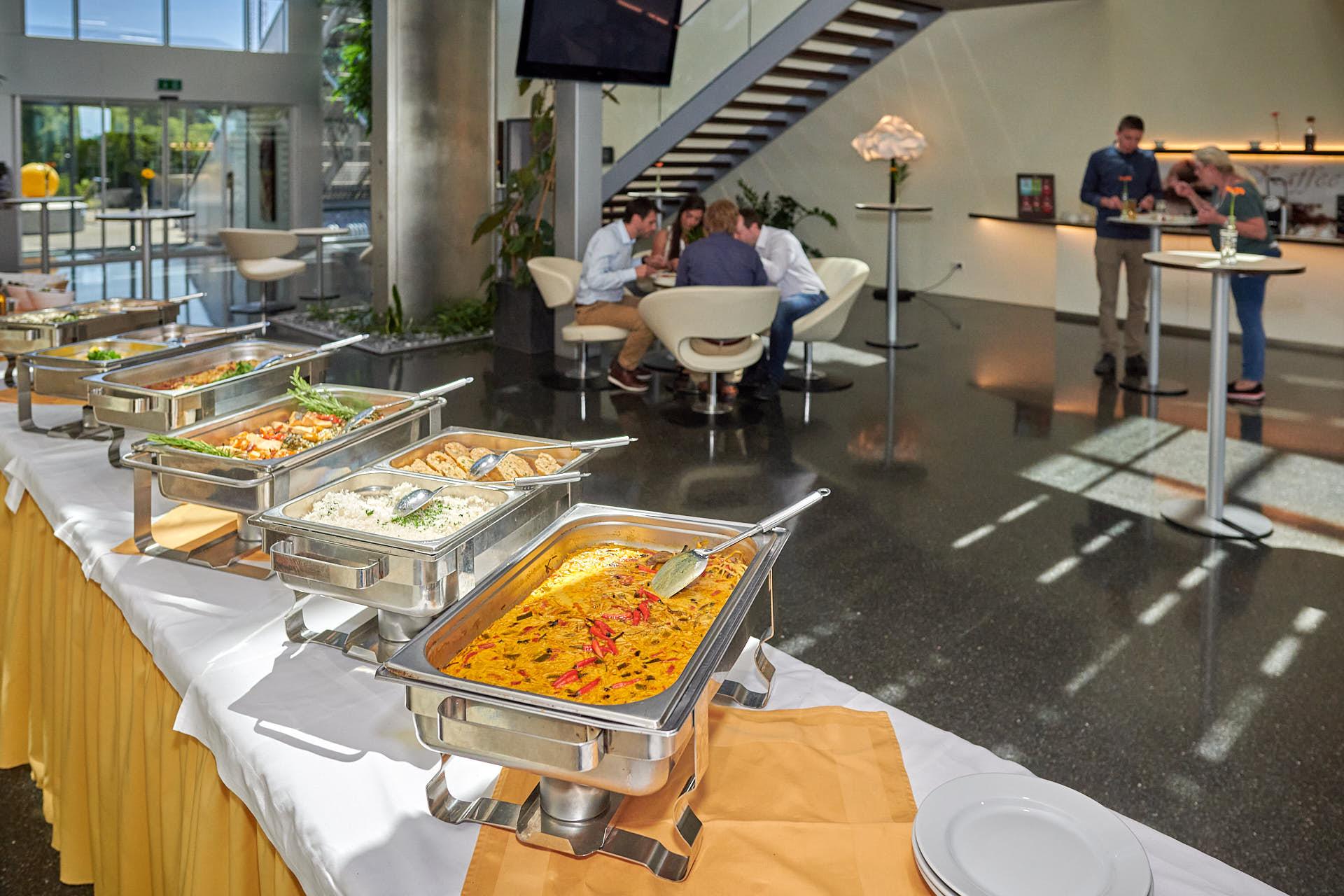 Zu Mittag gibt es ein reichhaltiges Buffet.
