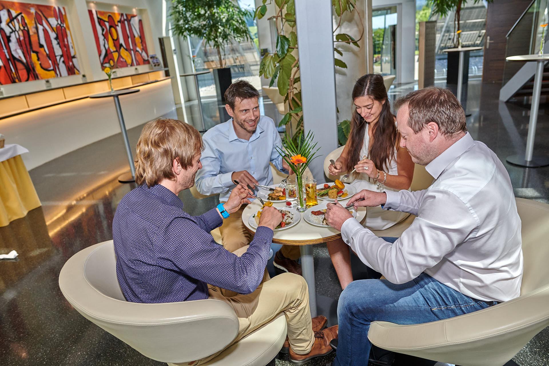 Im Foyer kann auch gemeinsam gegessen werden.