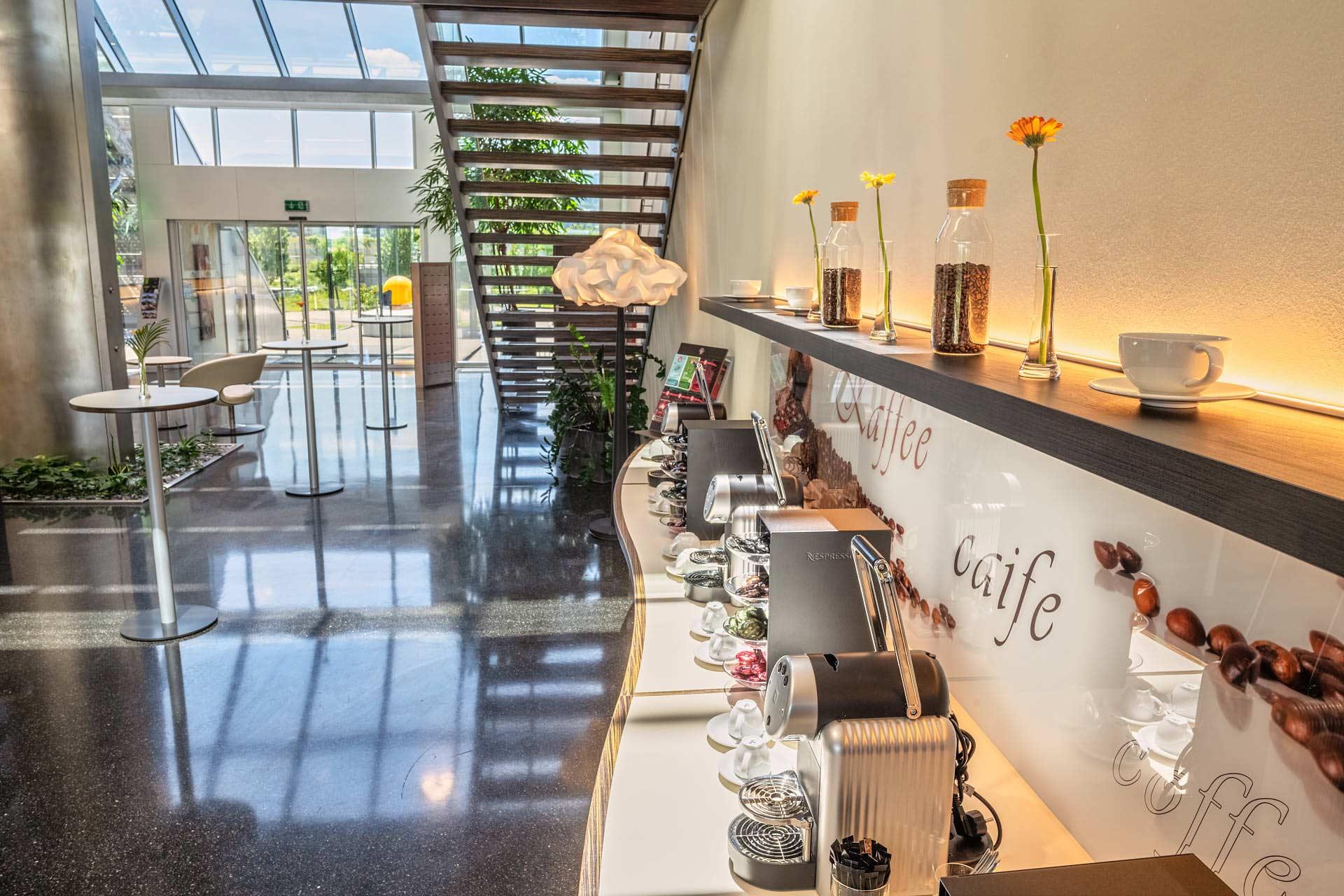 Stylische Kaffeebar für alle Pausen im Foyer.