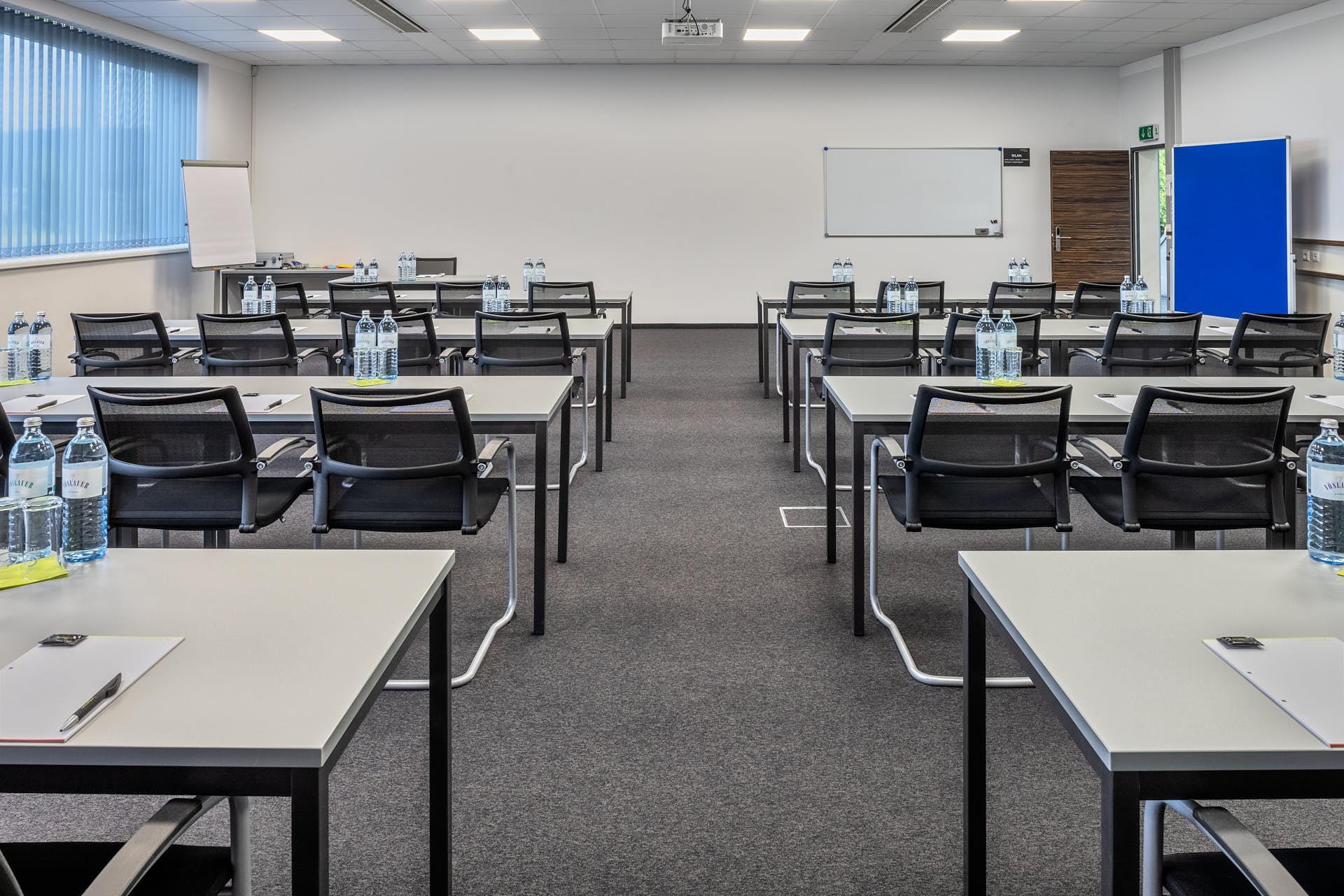 Jupiter / Klassenzimmer-Bestuhlung: Platz für 32 Personen.
